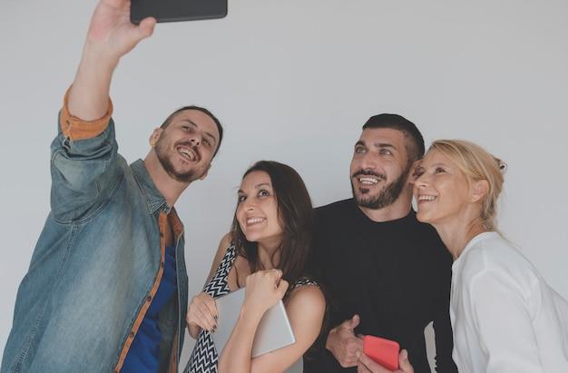 Leute-freundschafts-lächelndes glück-zusammengehörigkeits-selfie
