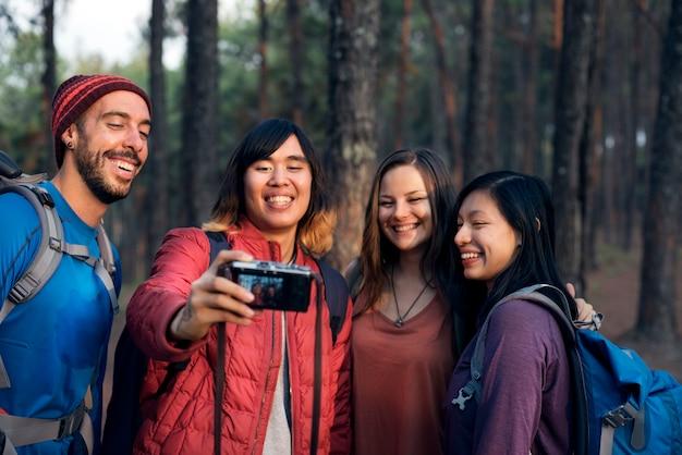 Leute-freundschafts-treffpunkt-reisender bestimmungsort-trekking-kamera selfie-konzept