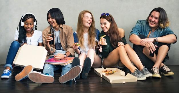 Leute-freundschafts-zusammengehörigkeits-pizza-tätigkeits-jugend-kultur-konzept