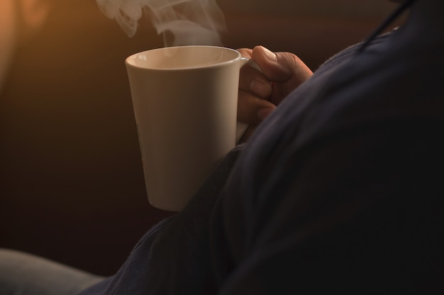 Leute halten eine weiße kaffeetasse