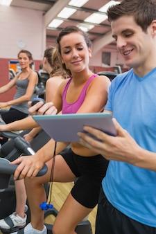 Leute im chat im fitness-studio