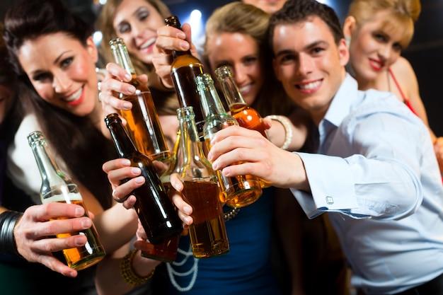 Leute im club oder in der bar, die bier trinken