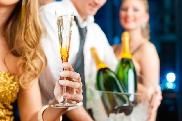Leute im club oder in der bar, die champagner trinken