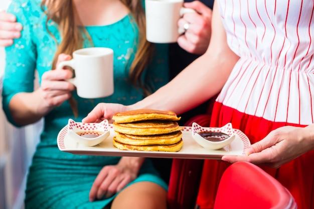 Leute im restaurant oder im restaurant, die pfannkuchen essen