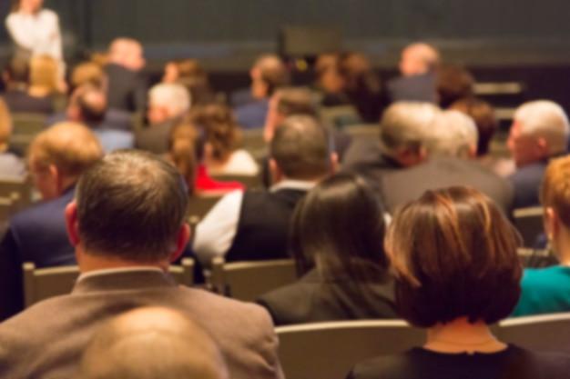 Leute im theaterauditorium während der leistung.