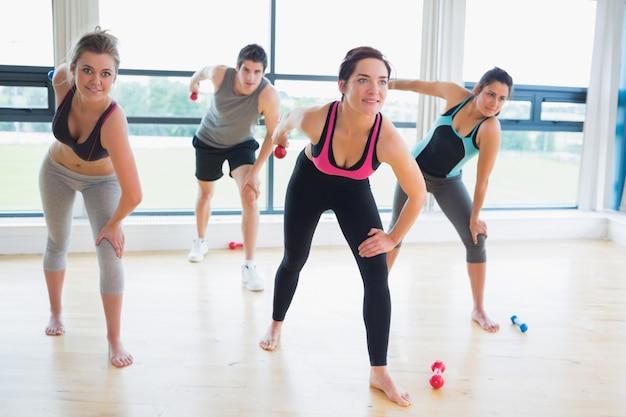 Leute in der aerobic klasse, die gewichte anhebt