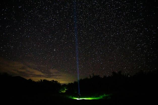 Leute in der dunklen nacht mit schönem stern am naturpark