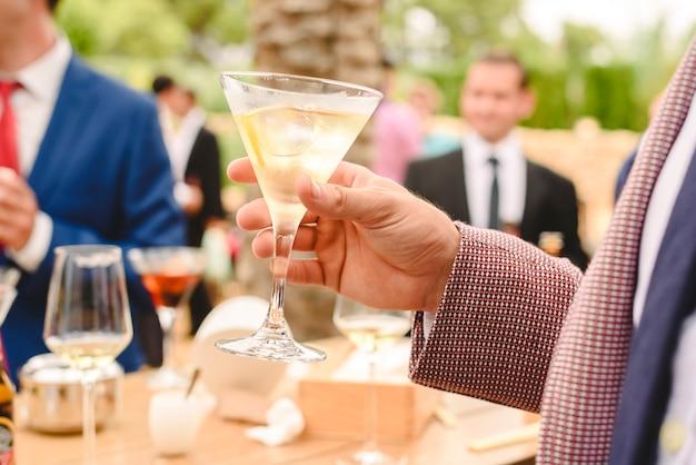 Leute in einem cocktail trinken alkohol aus ihren gläsern und haben spaß auf der party.