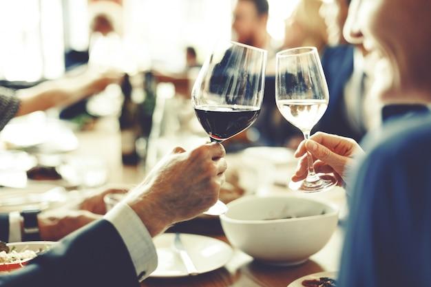 Leute jubeln feier-toast-glück-zusammengehörigkeits-konzept zu