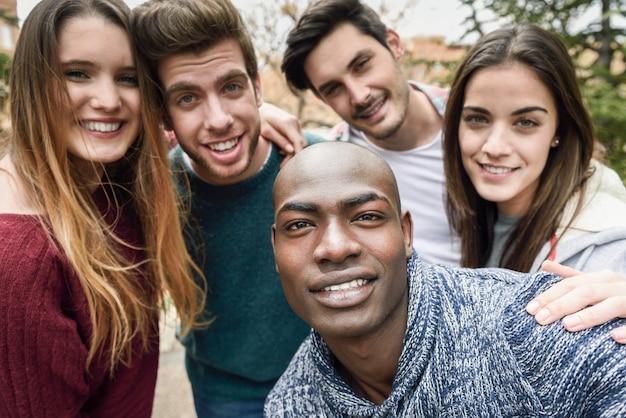 Leute nach einem foto lächelnd