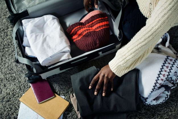 Leute packen für eine reise