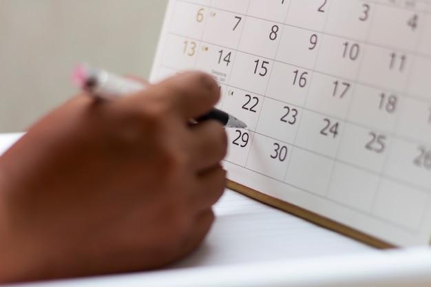 Leute planen auf einem kalender.