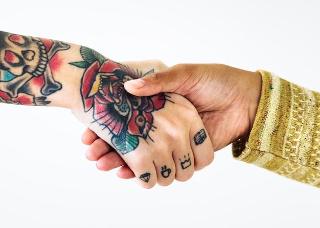 Leute schütteln ihre hände zusammen
