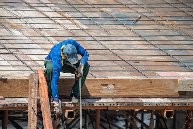 Leute sind bauarbeiter oder berufsarbeit für das errichten