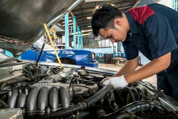 Leute sind reparatur ein auto verwenden sie einen schraubenschlüssel und einen schraubenzieher, um zu arbeiten.
