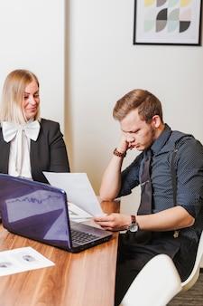 Leute sitzen am schreibtisch im büro