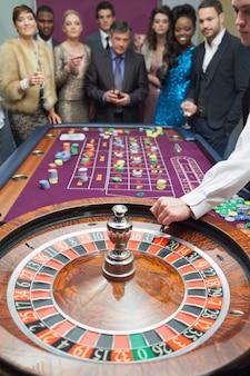 Leute stehen am roulette