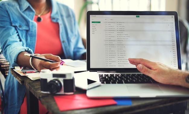 Leute-teamwork-laptop-technologie, die e-mail-konzept bearbeitet