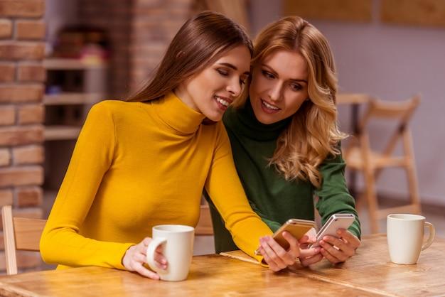 Leute trinken kaffee und lächeln beim sitzen im café