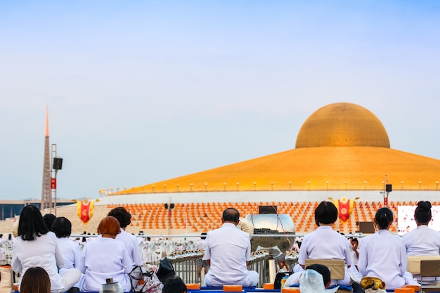 Leute- und mönchmeditation bei wat dhammakaya vor dhammakaya-pagode auf thailand.