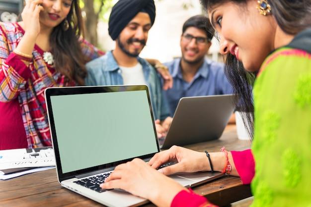 Leute-verbindungs-laptop-kopien-raum-spott herauf konzept