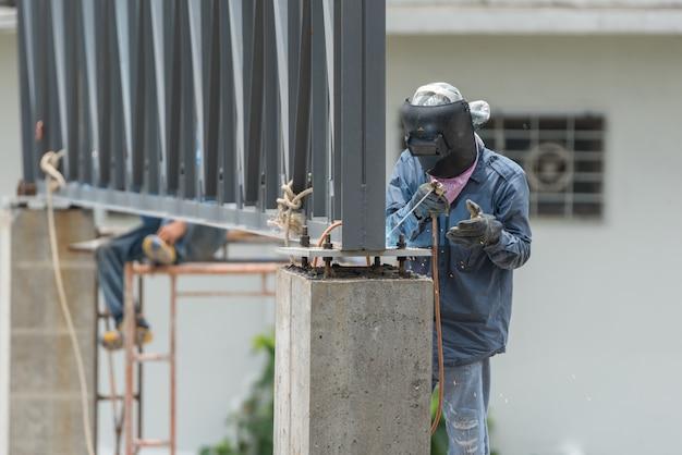 Leutebauarbeiter an der baustelle