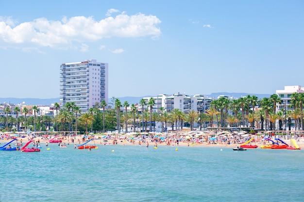 Levante strand in salou mittelmeer von spanien. reisen, urlaub an der costa dourada.