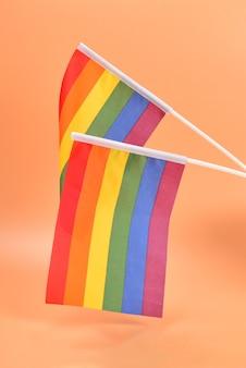 Lgbt-flagge auf oranger oberfläche