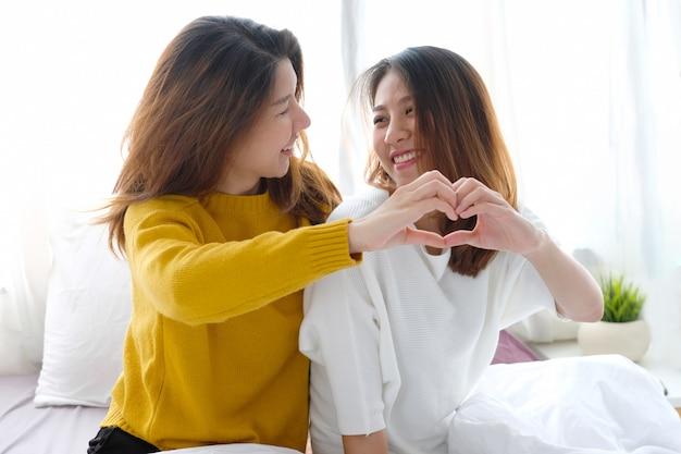 Lgbt, glücklicher moment der jungen netten asiatischen frauenlesbenpaare, freundschaft, homosexueller, lesbischer paarlebensstil