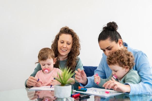 Lgbt mütter zu hause zeichnen mit ihren kindern