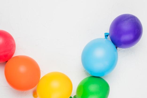 Lgbt-regenbogen aus bunten luftballons