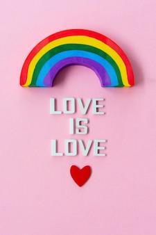 Lgbt-stolzkonzept. liebe ist liebe zum regenbogen.