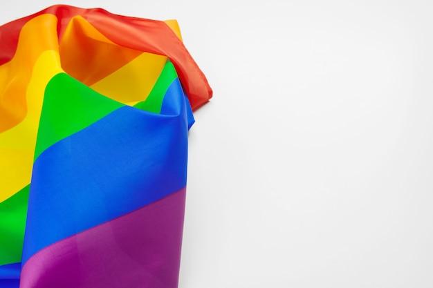Lgbt-stolzregenbogenflagge lokalisiert auf weißem hintergrund