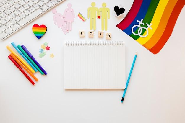 Lgtb-inschrift mit symbolen und notizblock für homosexuelle paare