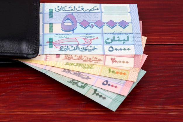 Libanesisches pfund in einer schwarzen geldbörse