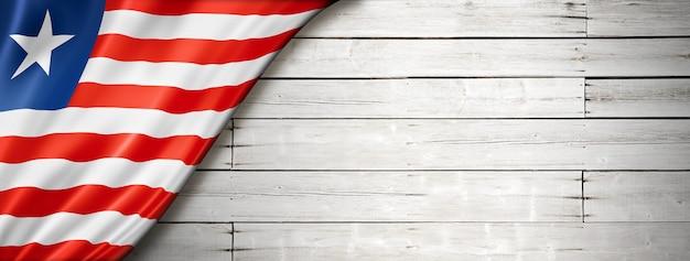 Liberia flagge auf alter weißer wand.