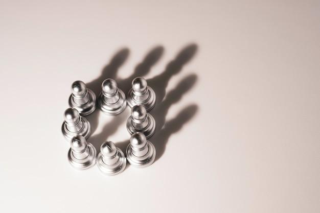 Licht, das zum bauernschach wächst und schatten wie eine krone erzeugt