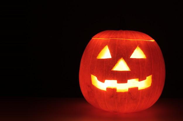 Licht der kerze in einem halloween-kürbis