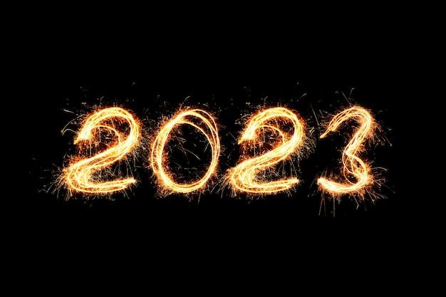 Licht des neuen jahres 2023. wunderkerzen zeichnen figuren 2023. bengalische lichter und buchstaben