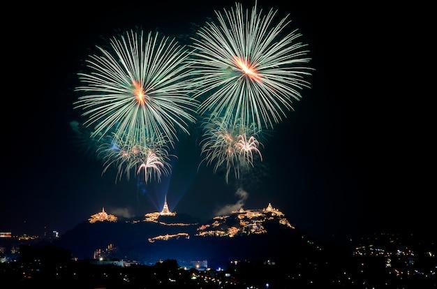 Licht und feuerwerk zeigen in phra nakhon khiri jährlich messe am frbruary in phetchaburi provinz, thailand.