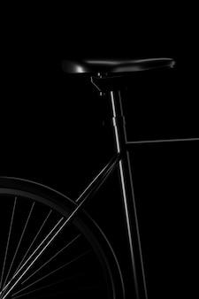 Licht und schatten des fahrrads nehmen an der dunkelheit teil