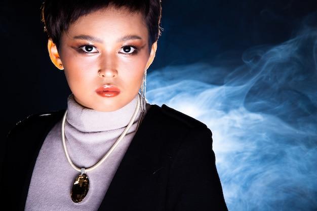 Licht von unten erschossen fashion style woman dark set