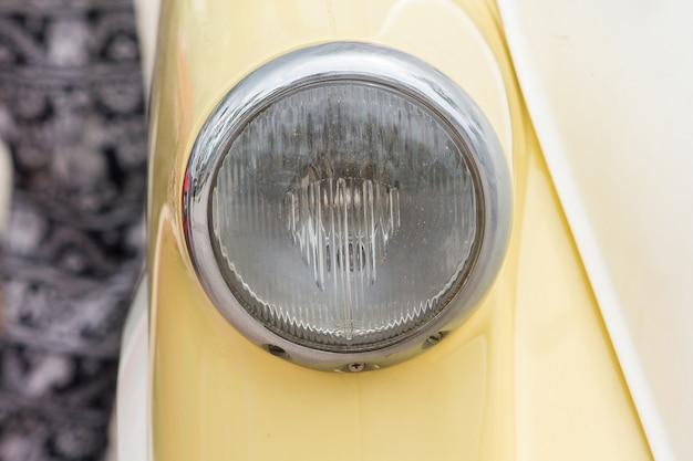 Lichter vor einem oldtimer mit einer einzigartigen kugel.