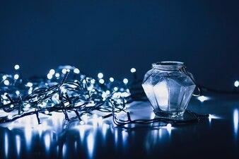 Lichterketten in der Nähe von Glas