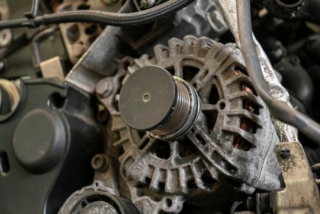Lichtmaschine automotor detail in einer werkstatt
