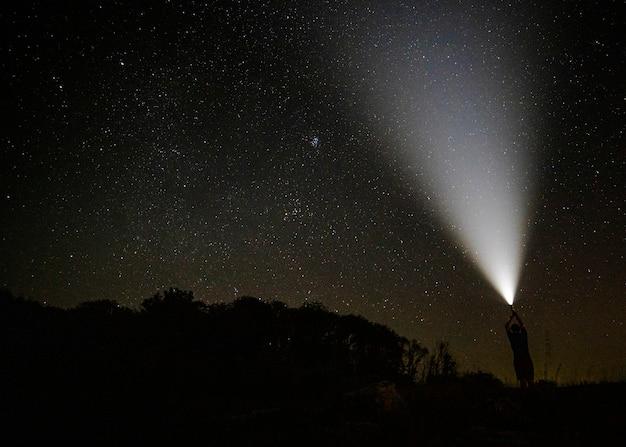 Lichtstrahl im sternenklaren nächtlichen himmel