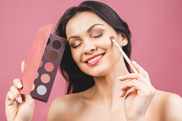 Lidschatten auftragen, make-up für augen nahaufnahme. weibliches modellgesicht mit mode-make-up, schönheitskonzept.