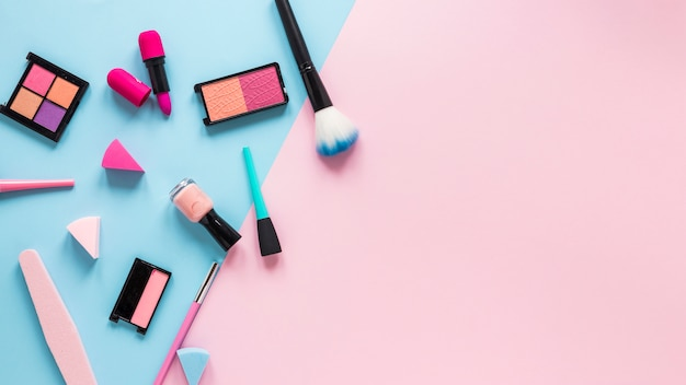 Lidschatten mit lippenstift und puderpinsel auf tabelle