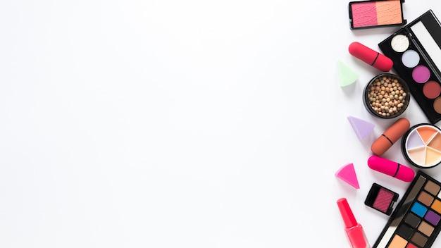 Lidschatten mit lippenstiften auf weißer tabelle