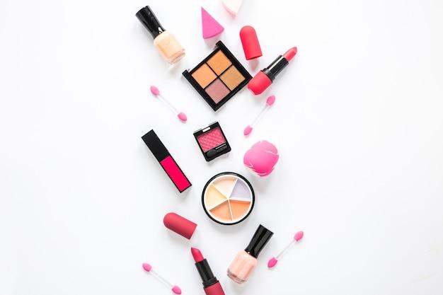 Lidschatten mit lippenstiften und nagellack auf leuchttisch